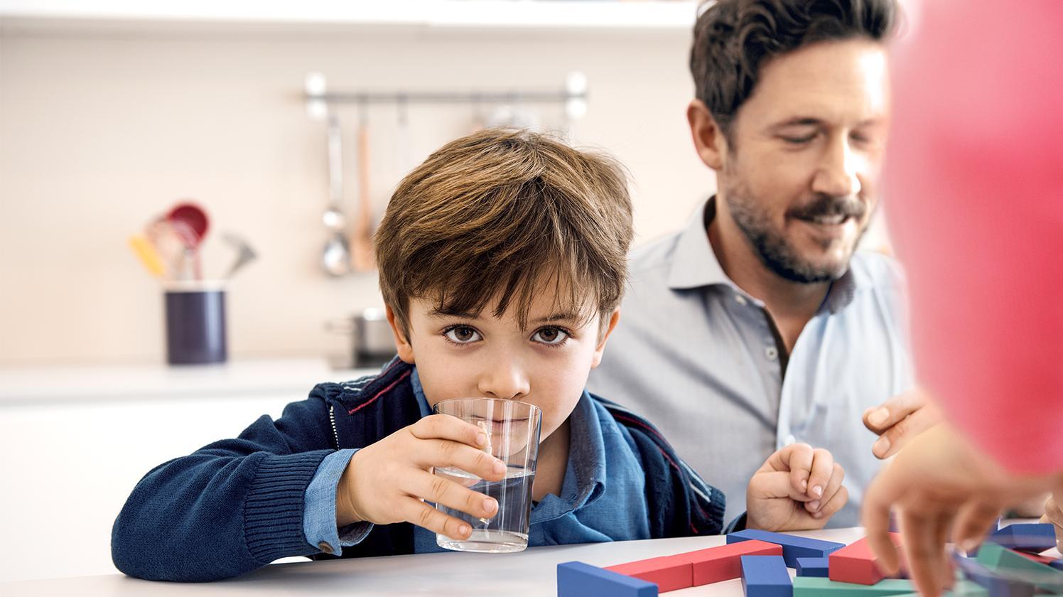 BRITA Wasser für Schulen – Junge trinkt Wasser