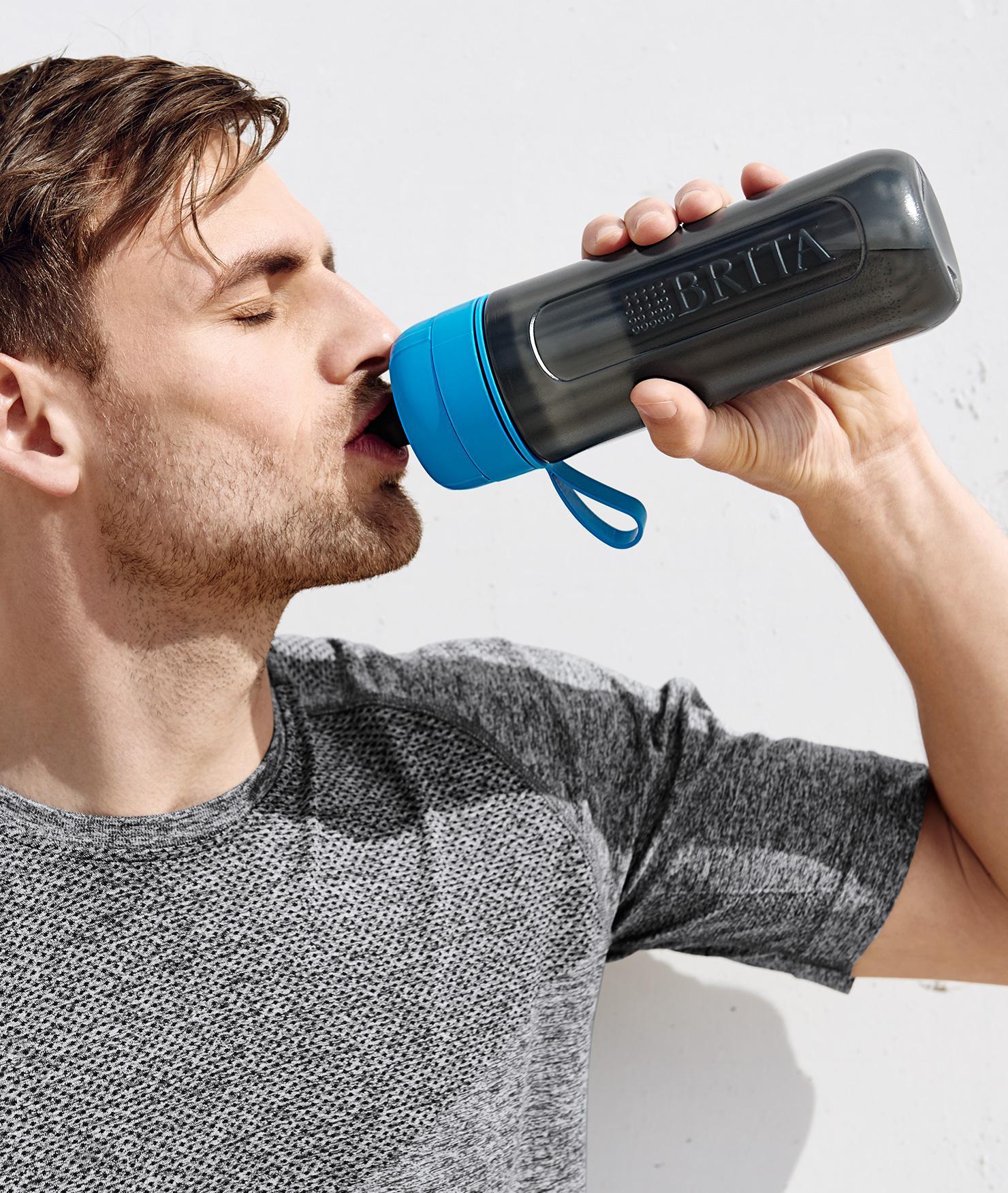 BRITA persönlicher Wasserbedarf Mann trinkt Wasser