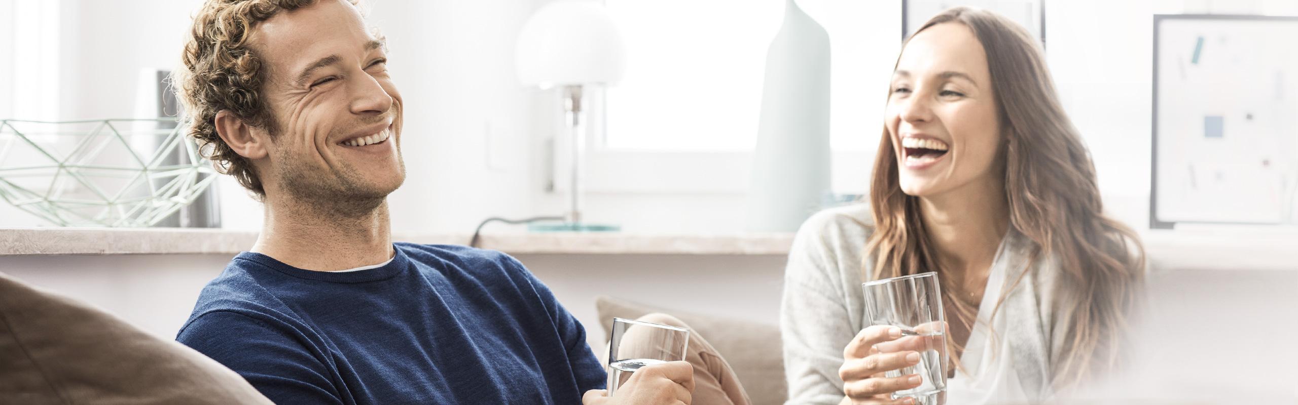 BRITA Tischwasserfilter fill&enjoy: Paar auf Couch